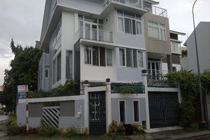 Villa for rent in District 7, 5 bedrooms, modern decoration, large garden, good rental