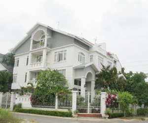 Villa for sale in Phu My Hung center, 10 x 20 m, 3 floors, full furniture, East direction, large garden