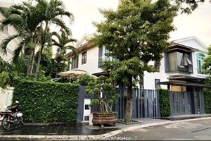 Extremely beautiful attached villa for sale in Phu My Hung with large garden and modern furniture