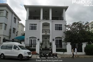 SINGLE VILLA: Huge and luxury single villa for rent in Phu My Hung, open and very large kitchen.